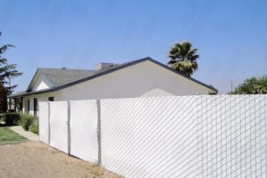 galvanized-spokane-chain-link-fencing-with-white-vinyl-slats-for-privacy