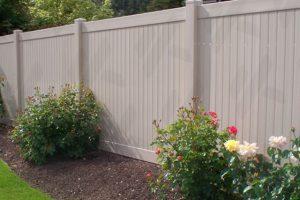 tan-spokane-vinyl-fencing-in-back-yard