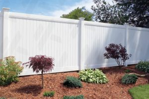 white-vinyl-fence-in-spokane-washington-with-landscaping